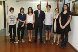 Alcalde recibe a alumnos del Máximo Trueba