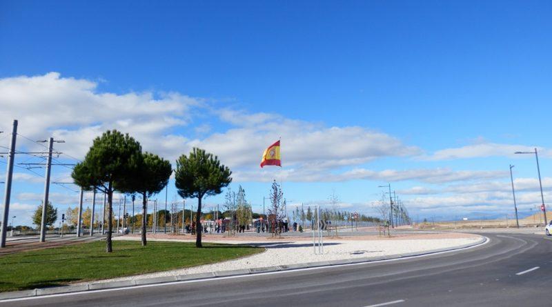 Bandera de España en la rotonda de Valenoso. Avda Víctimas del Terrorismo