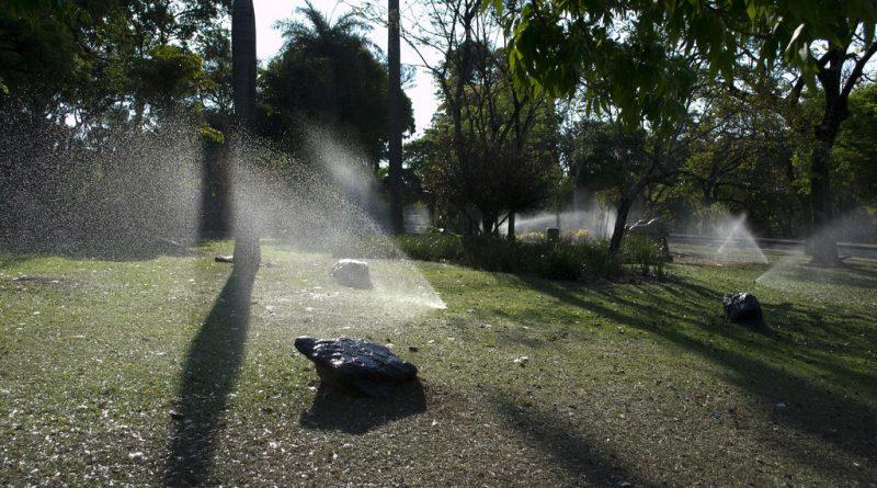 Riego con aspersores. La comunidad de Madrid vigilará con imagenes por satelite