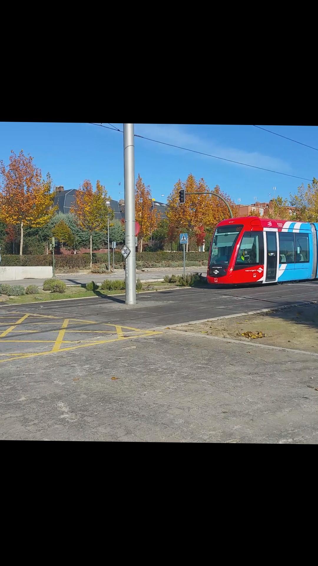 Accidente de un tren de metro ligero con un coche for Metro ligero colonia jardin
