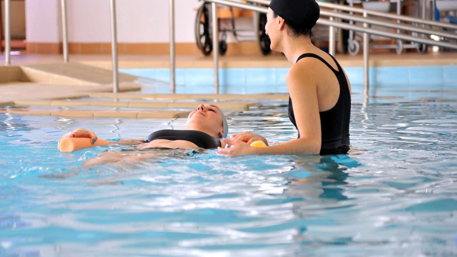 Servicio de fisioterapia en la piscina cubierta for Piscina municipal arganda del rey