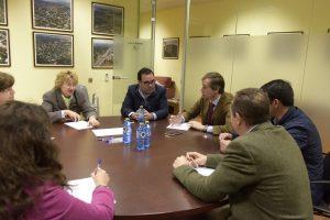 El aclade de Boadilla reunido con vecinos de Montepríncipe para la mejora de la urbanización
