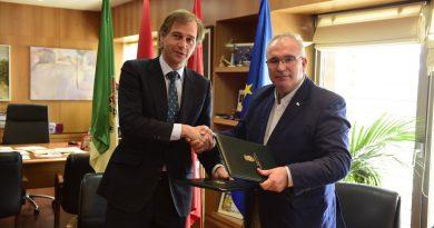 Firma del convenio entre el Ayuntamiento y la AVT