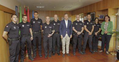 El alcalde felicita a los policias que han conseguido el ascenso