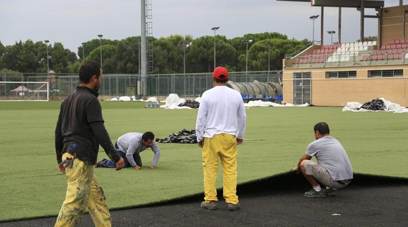 Renovación del césped artifical del campo principal del polideportivo
