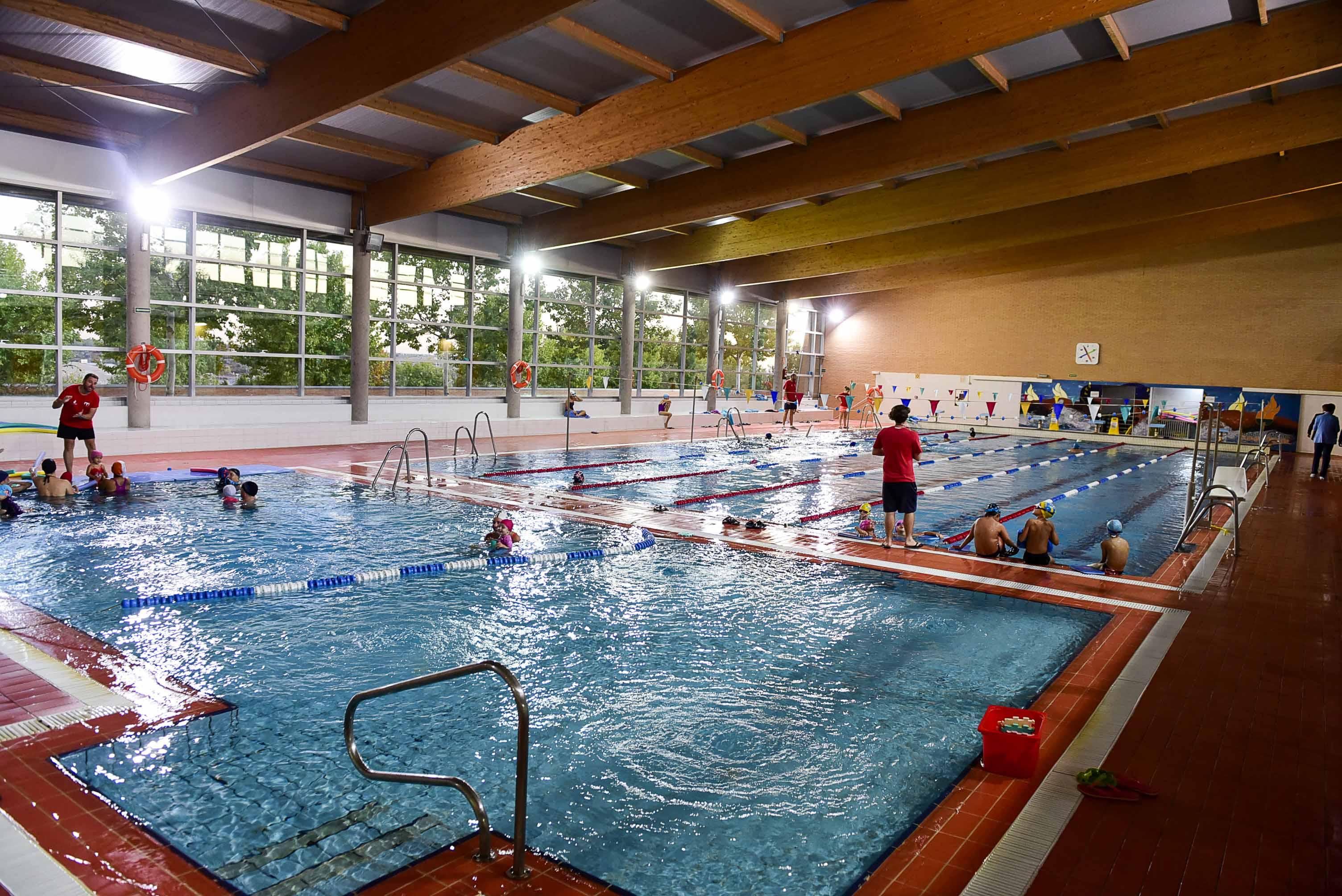 A n quedan 300 plazas libres en la piscina municipal for Piscina boadilla