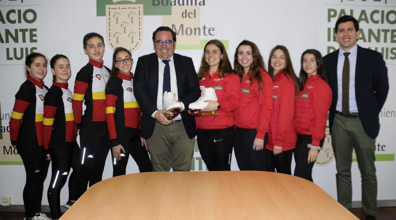 Teleboadilla. El Alcalde felicita a varios vecinos de Boadilla integrantes del equipo nacional de patinaje sincronizado