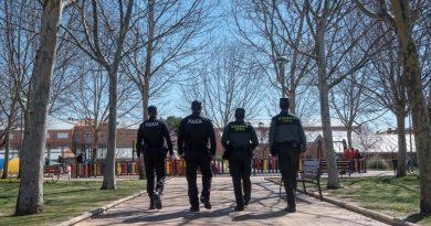 Teleboadilla. Guardias Civiles y Policían Muncipales caminan hacia un parque en Boadilla del Monte
