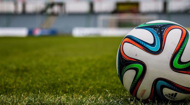 Balón en un campo de fútbol