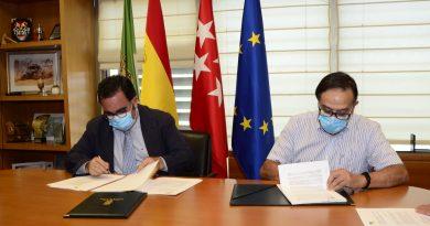 Teleboadilla. El alcalde firma con la Asociación de Mayores en 2020