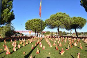 Teleobadilla. Banderas para recordar los fallecidos por el Covid-19
