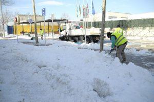 Teleobadilla. Operarios del ayuntamiento retiran nieve de las calles de Boadilla del Monte