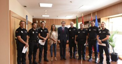 policias-municipales-de-boadilla-siendo-felicitados-publicametne-por-el-alcalde-tras-una-detencion