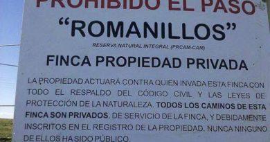 Carteles que puso la propiedad de la finca Romanillos prohibiendo el paso