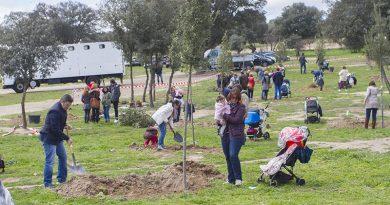 Plante un árbol en recuerdo a su hijo nacido en 2017