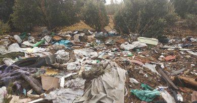 Vertidos de escombros y basura en la Avenida de Cantabria, en las proximidades de la Ciudad Financiera del Banco Santander
