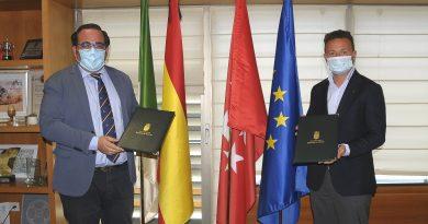 Teleboadilla. El Ayuntamiento y el centro universitario ESIC firman un convenio para becar a alumnos empadronados en Boadilla