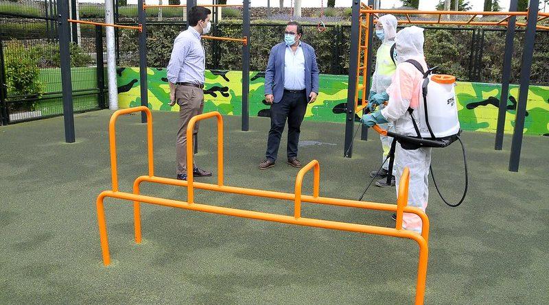 Teleboadilla. El alcalde de Boadilla en un parque a punto de desinfectarse