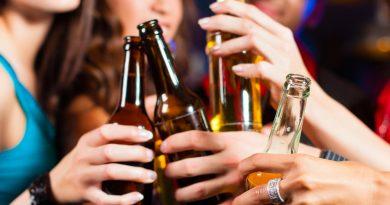 Teleboadilla. Jóvenes bebiendo alcohol