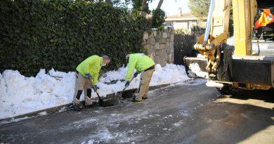 Teleboadilla. Operarios limpiando las alcantarillas de nieve