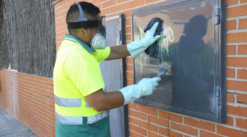 Teleboadilla. Un operario elimina grafitis en Boadilla